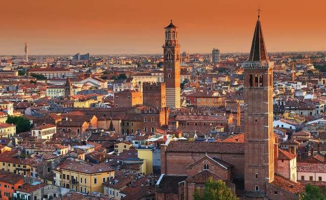 Verona-at-night-Sant-Anastasia-Church-and-Torre-dei-Lamberti