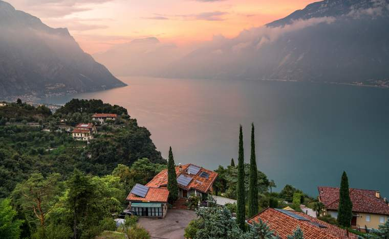 Panorama-of-Lake-Garda_shutterstock_1165677952_Arcansel