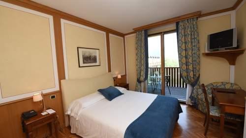 Iseolago-bedroom-2