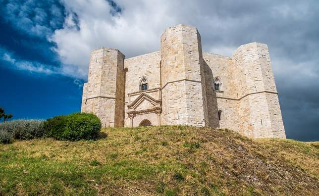Castel-del-Monte-Unesco-heritage-in-the-south-of-Italy-Apulia-region