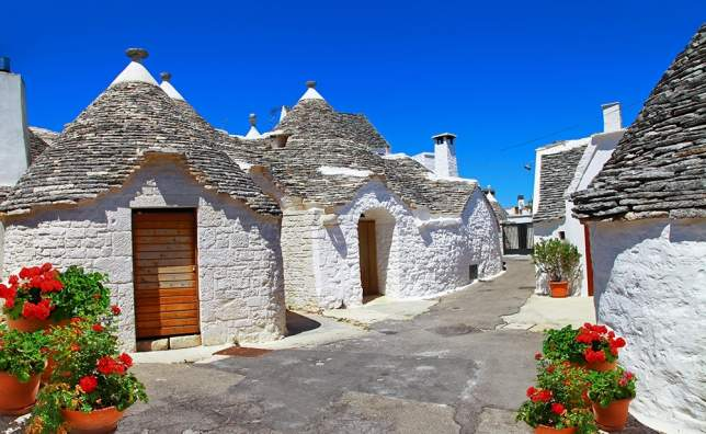 Unique-Trulli-houses-with-conical-roofs-in-Alberobello-Italy-Puglia