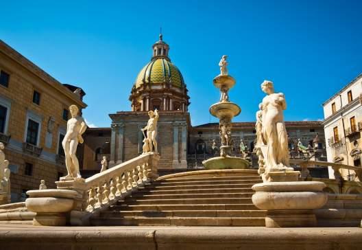 Low-angle-view-of-Piazza-Pretoria-or-Piazza-della-Vergogna-Palermo-Sicily-Italy