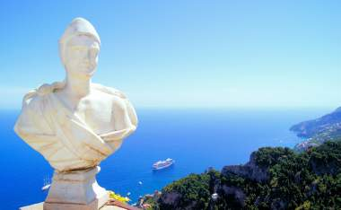 Statue-above-the-Amalfi-Coast-Villa-Cimbrone-Ravello-Italy
