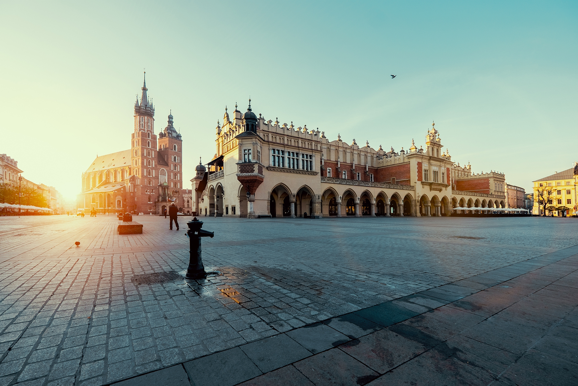 Market-square-in-Krakow-at-sunrise.-Mariacki-Cathedral-and-The-Cloth-Hall.-Poland