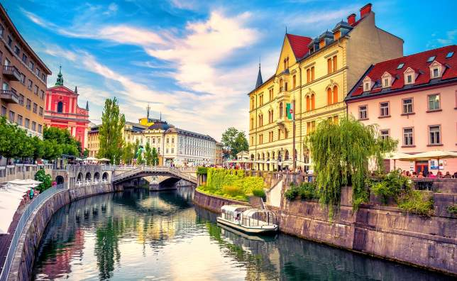 Cityscape-view-on-Ljubljanica-river-canal-in-Ljubljana-old-town
