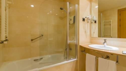 Golden Bahia de Tossa_26 BAH Bathroom standard