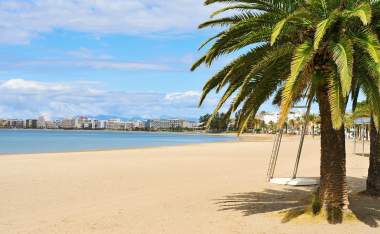 A view of the Platja Nova beach in Roses in the Costa Brava