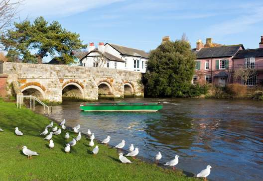 Christchurch-Dorset-England-UK-River-Avon-with-bridge-near-to-Bournemouth-and-the-New-Forest