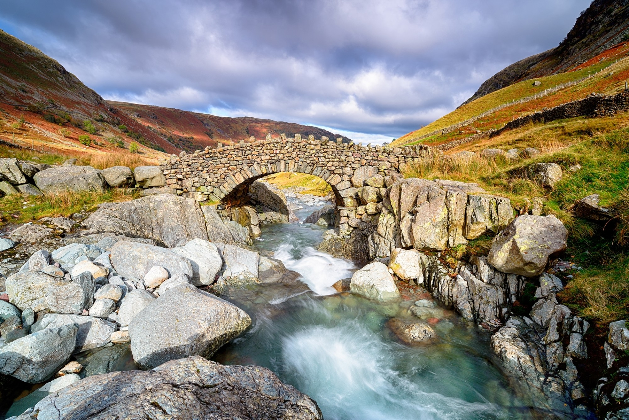 Stockley-Bridge-crossing-the-river-Derwent-near-Seathwaite-in-the-Lake-District-National-Park-in-Cumbria