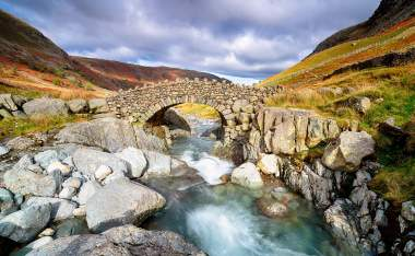 Stockley-Bridge-crossing-the-river-Derwent-near-Seathwaite-in-the-Lake-District-National-Park-in-Cumbria