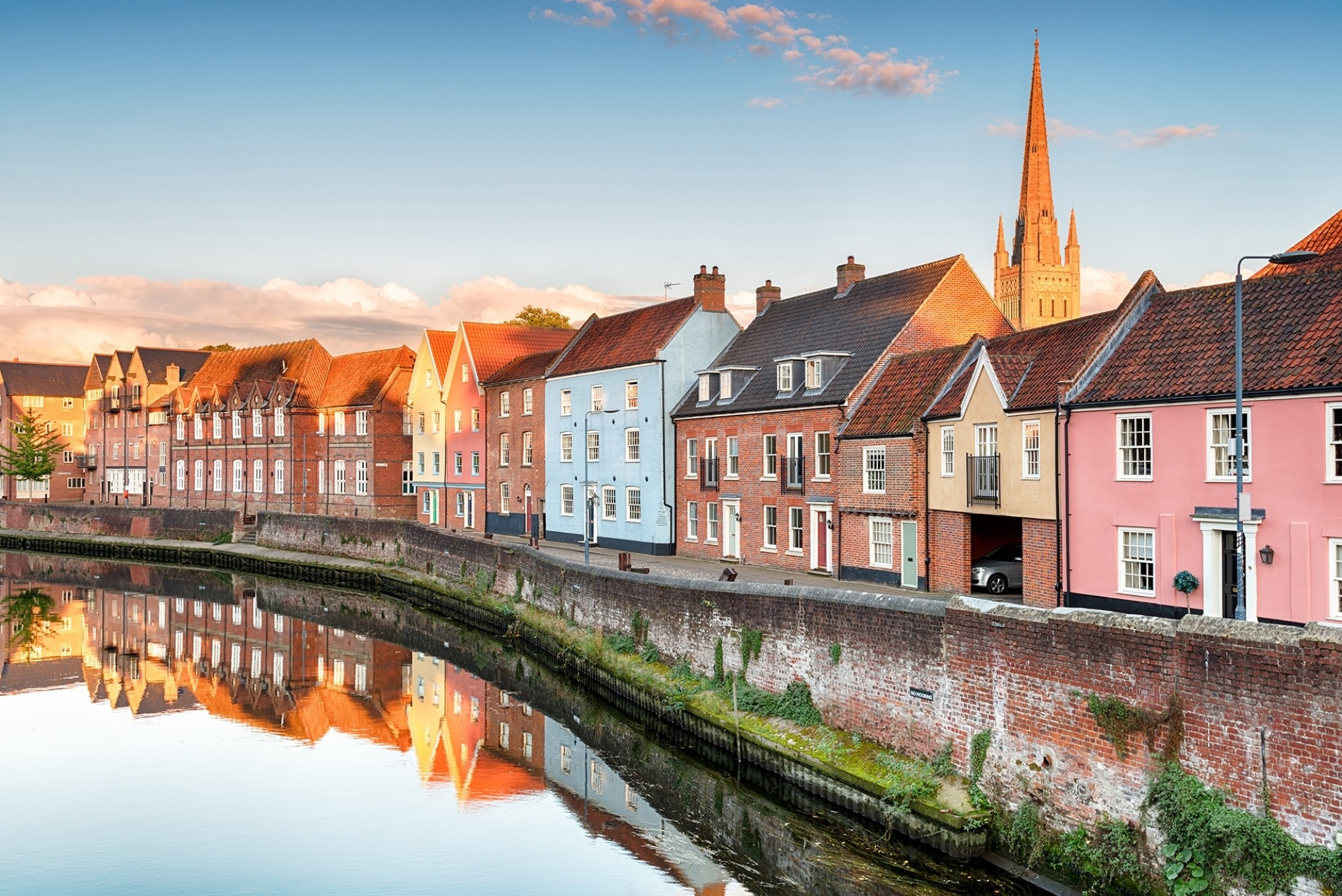 Pretty-town-houses-overlooking-the-river-Yare-at-Norwich-in-Norfolk