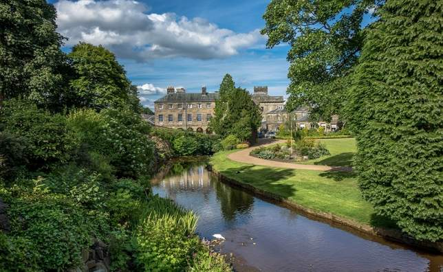 Picturesque-view-of-typical-stone-buildings-in-Buxton-from-the-park-gardens