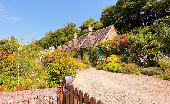 English-Country-Cottage-in-the-sunshine-in-Cotswolds