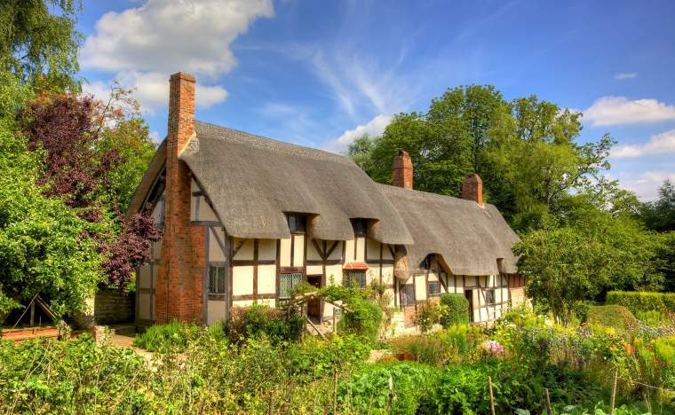 Anne-Hathaways-William-Shakespeares-wife-famous-thatched-cottage-and-garden-at-Shottery-just-outside-Stratford-upon-Avon-England