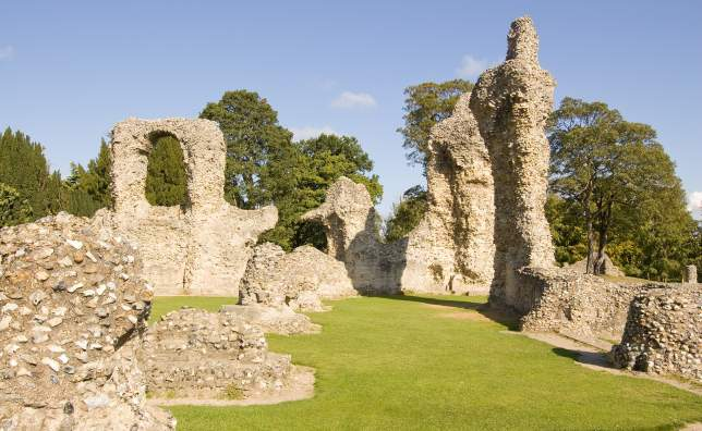 Ruins-of-the-medieval-Abbey-in-the-Suffolk-town-of-Bury-St-Edmund