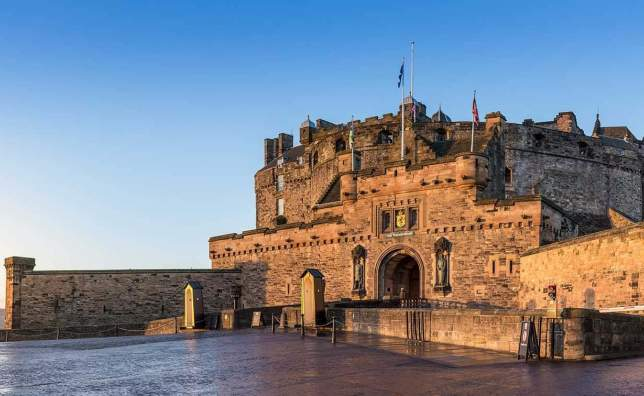 Edinburgh-Castle-on-a-cold-autumn-morning-at-sunrise