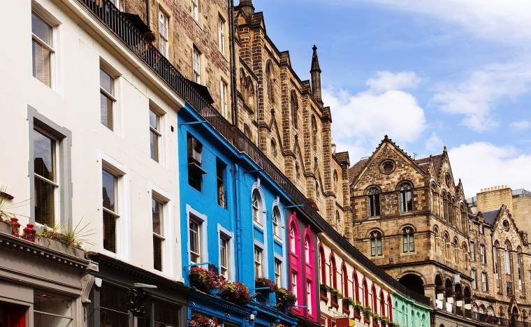 Colorful-buildings-in-Victoria-Street-Old-Town-Edinburgh-Scotland