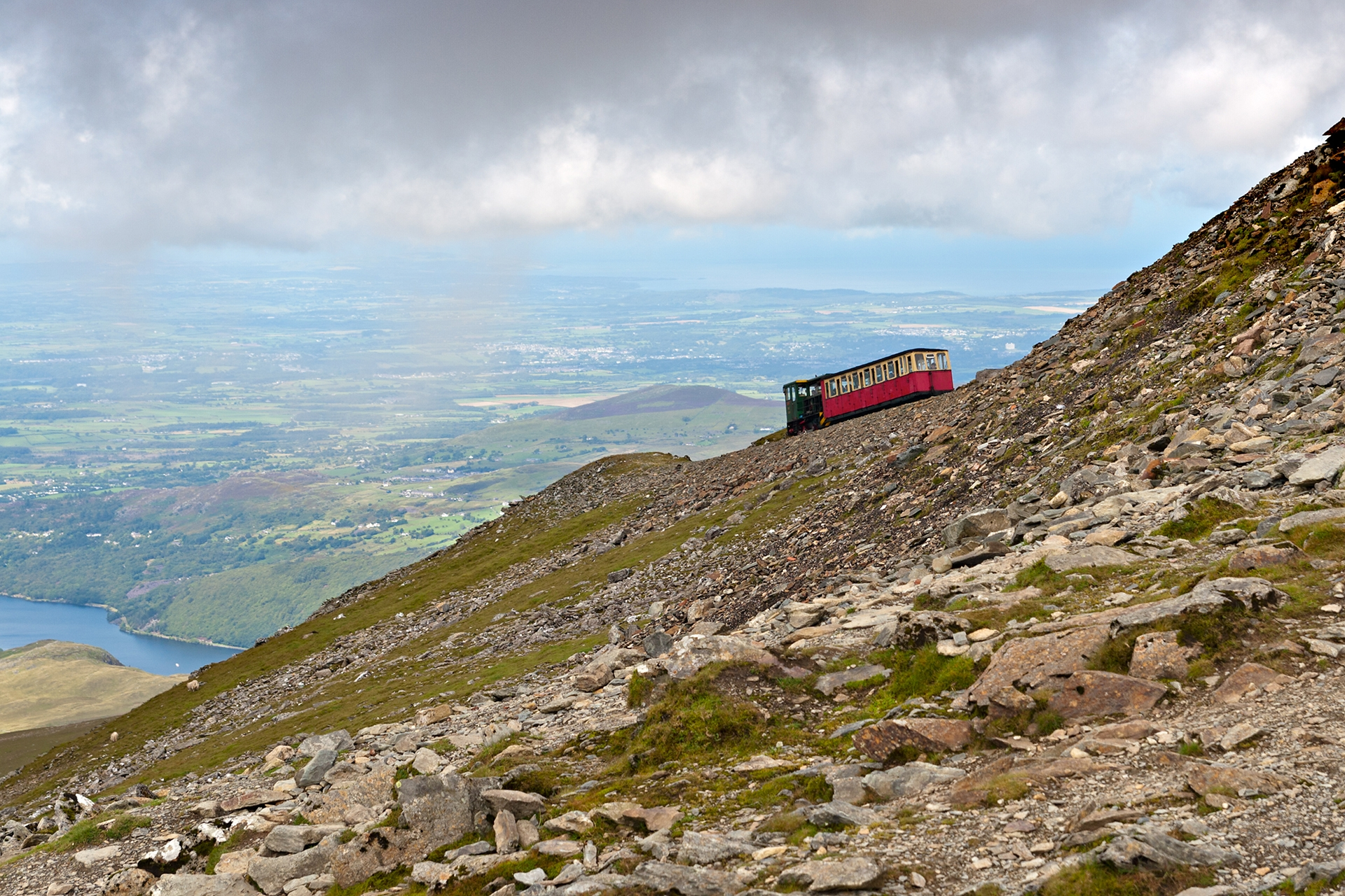 Steam-Train-heading-to-the-Snowdon-summit-Snowdonia-Wales